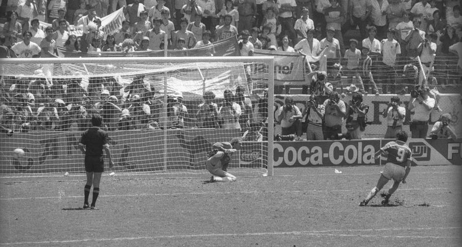 Luis Fernandez cobra o último pênalti da série e elimina o Brasil da Copa  do México de 86. ©Sebastião Marinho Agência O Globo 1176898fc44fa